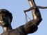 """العدالة بوصفها إمكانا للتفكيك: قراءة في الجزء الأول من كتاب قوة القانون """"الأساس الخفي للسلطة""""، لجاك دريدا"""